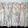 На мраморном римском фризе  изображена группа сенаторов.