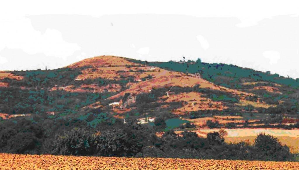 Оппидиум Герговия с юго-востока. Основное направление штурма Цезаря пролегло вверх по склону возвышенности справа.