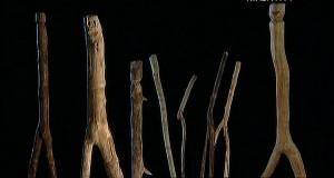 человекоподобные деревянные фигуры