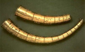 Вид золотых рогов из Галлехуса, Дания датируемых 5 веком н. э. .  На верхнем роге имеется круговая руническая надпись.