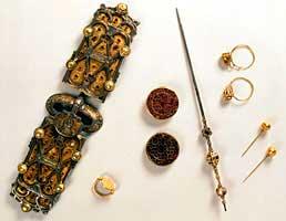 Пряжки и заколки из захоронения франкской королевы Арнегунды. VI век.