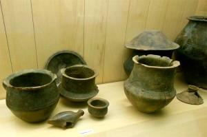 В захоронениях бронзового века, находят глиняную посуду.
