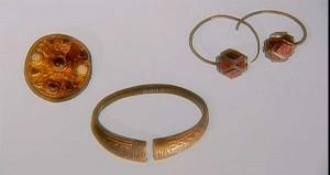 Языческие золотые украшения в могилах германцев.