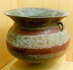Глиняная ваза с орнаментом