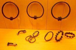 Бронзовые торвесы, браслеты и фибулы V-IV века до нашей эры. Музей археологии в Сен-Жермен – ан-Ле