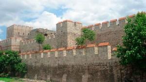 Реконструированный участок Феодосиевых стен.