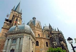 Ахенский собор, в котором погребён Карл Великий. В 1165г., по настоянию Фридриха Барбароссы, антипапа Пасхалий III причислил его к лику святых