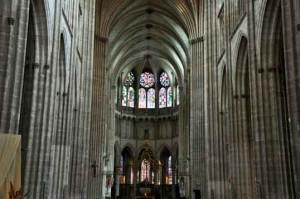 Церковь знаменита своими витражами XIII века.